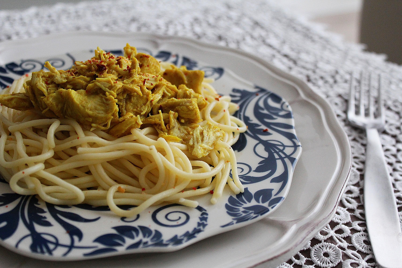 Aromatyczne bezglutenowe spaghetti z kurczakiem curry, rodzynkami i mlekiem kokosowym