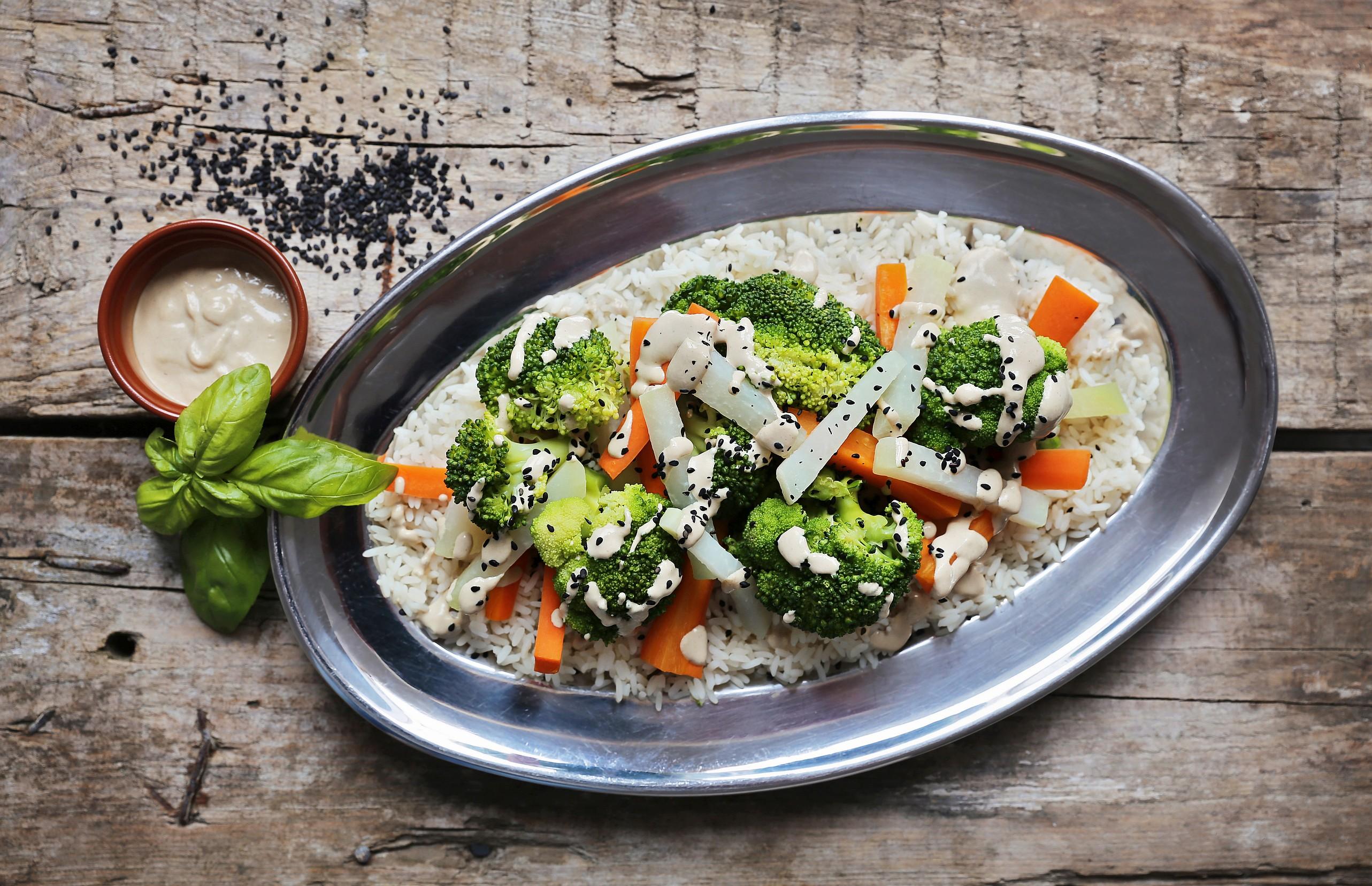 Blanszowane warzywa z sosem z tahini